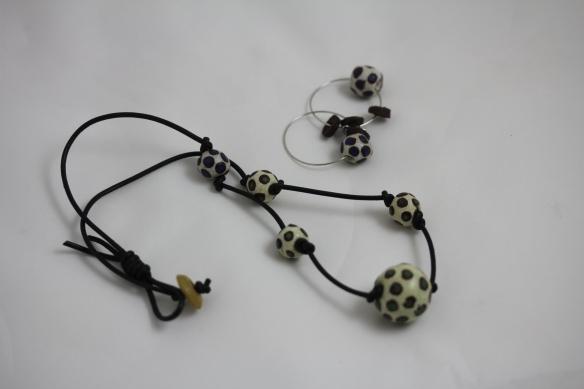 Halsmycke av handgjorda pärlor