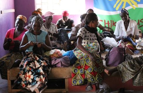 Änkor från Chkumbuso virkar väskor