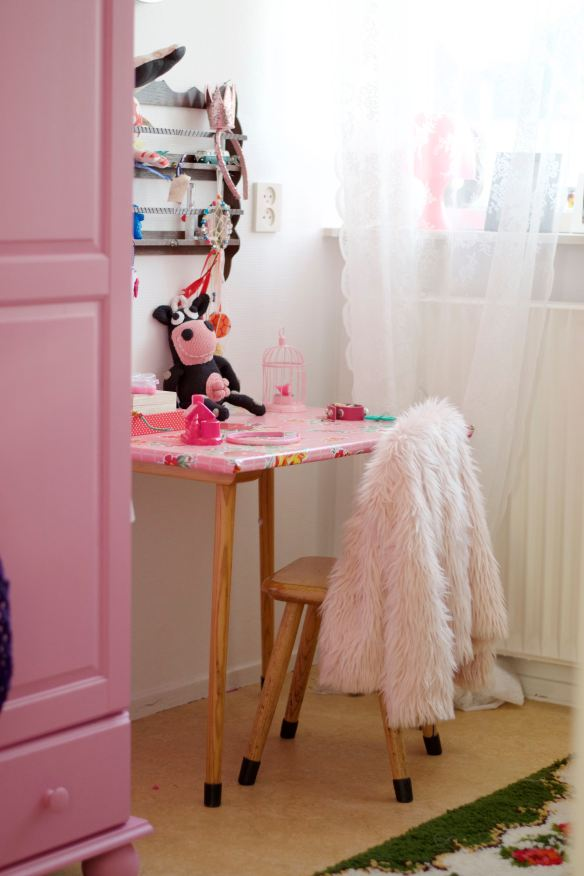Pink details and hand-knitted cow in Girls bedroom